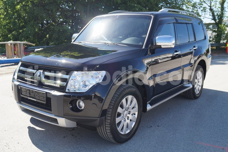 Big with watermark mitsubishi pajero noir 1