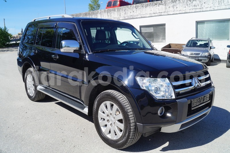 Big with watermark mitsubishi pajero noir 3