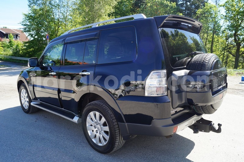 Big with watermark mitsubishi pajero noir 7