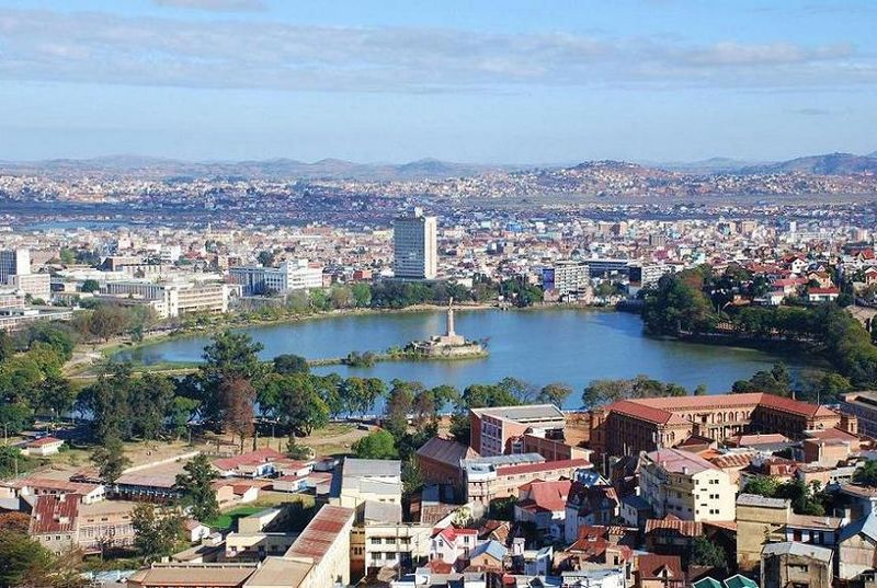 800px lake anosy central antananarivo capital of madagascar photo by sascha grabow